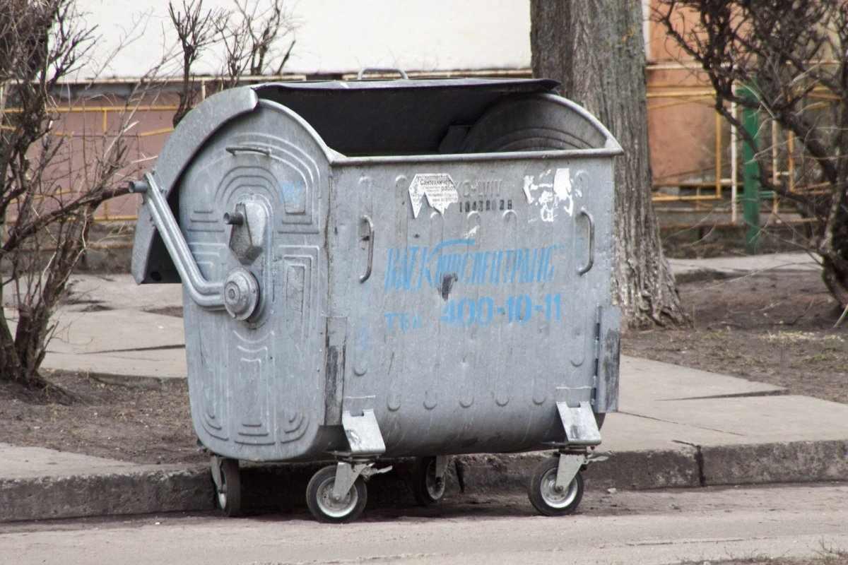 Дворник нашел труп младенца в мусорном баке