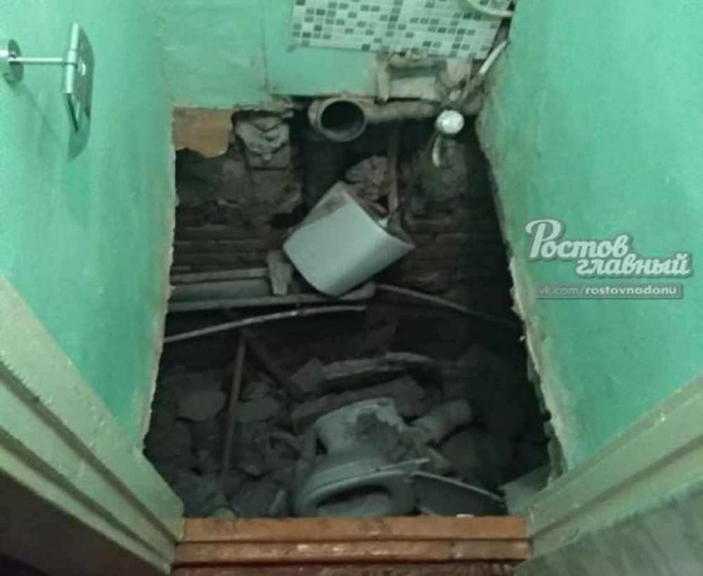 В России пенсионер вместе с унитазом рухнул вниз