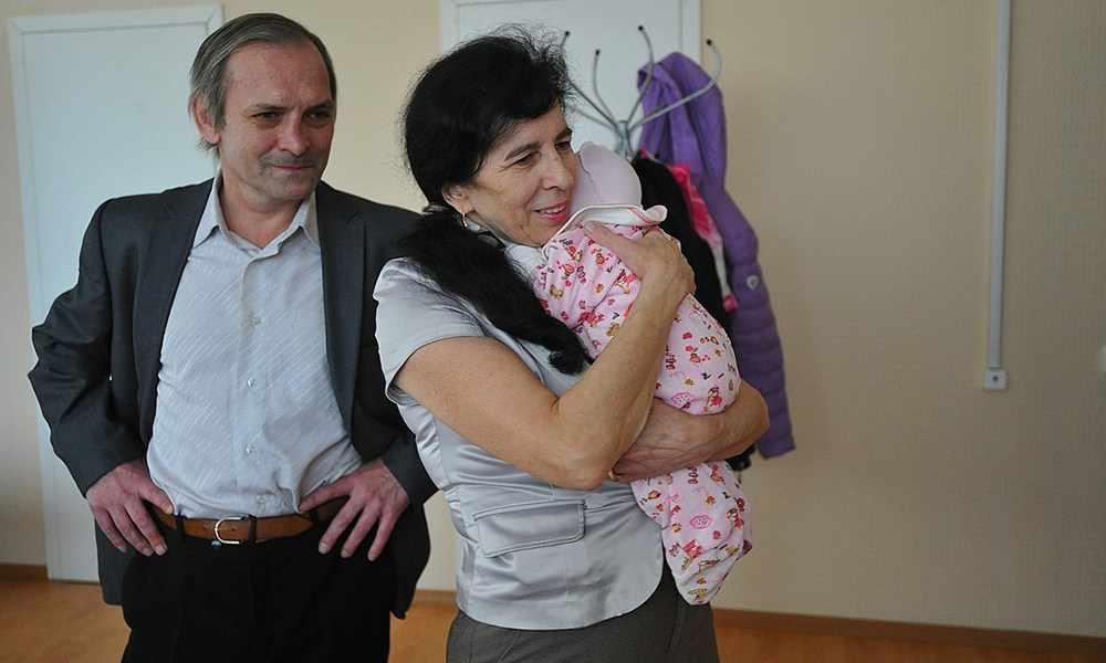 Россиянка, родившая в 60 лет, рассказала, как воспитывает ребенка на пенсии