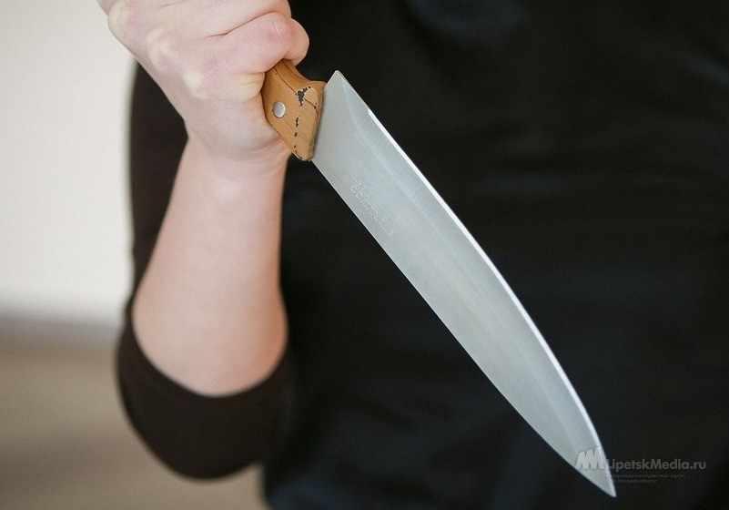 Женщина ударила возлюбленного ножом и оставила умирать на лестнице