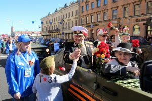 По Невскому проспекту поехали ретро-автомобили с ветеранами