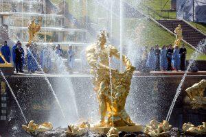 «Там, на неведомых фонтанах»: в Петергофе открыли водный сезон с «пушкинской» темой