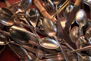 В Петербурге продавцы серебряных ложек похитили у пенсионера 105 тыс. рублей и 1,7 тыс. евро