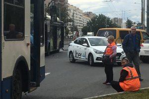 Uber протаранил троллейбус: проспект Ветеранов стоит