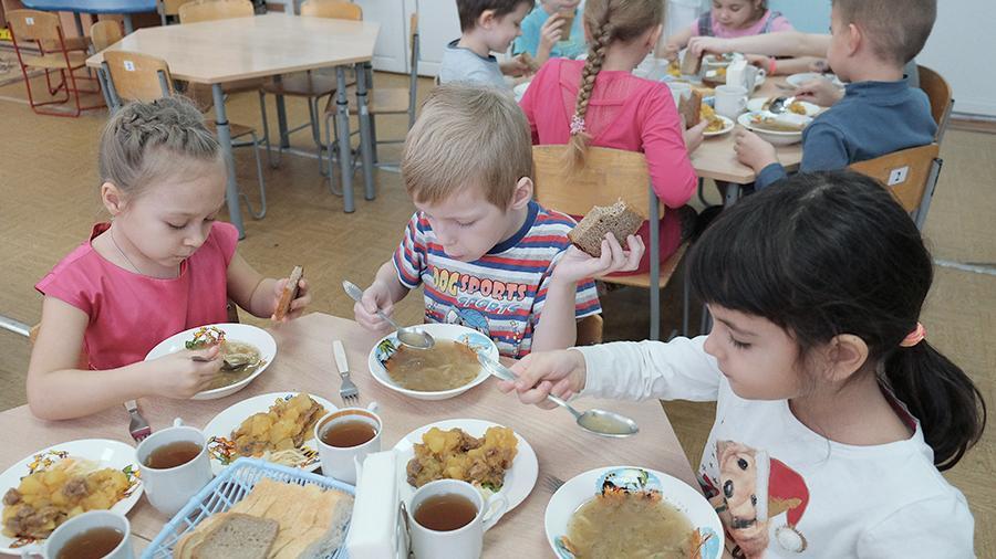 Ребенка заставили есть еду с пола в детском саду