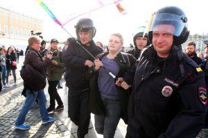 Более 10 человек задержаны на Дворцовой площади в ходе пикета в защиту ЛГБТ