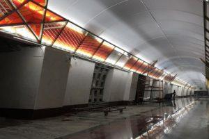 На строящейся станции «Проспект Славы» испортили панно