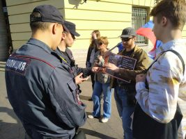В Петербурге и Москве проходят акции протеста