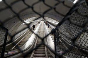 В петербургском метро раскрыли тайну цветных полосок на ступенях эскалатора