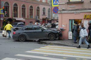 Очевидцы: В центре Петербурга на тротуаре сбили женщину