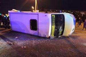 ГУ МВД: При столкновении маршрутки и трамвая на юго-западе Петербурга пострадали 15 человек