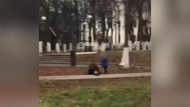 Жителей Владимира шокировало видео, где пьяная мама с малышом ползает по земле