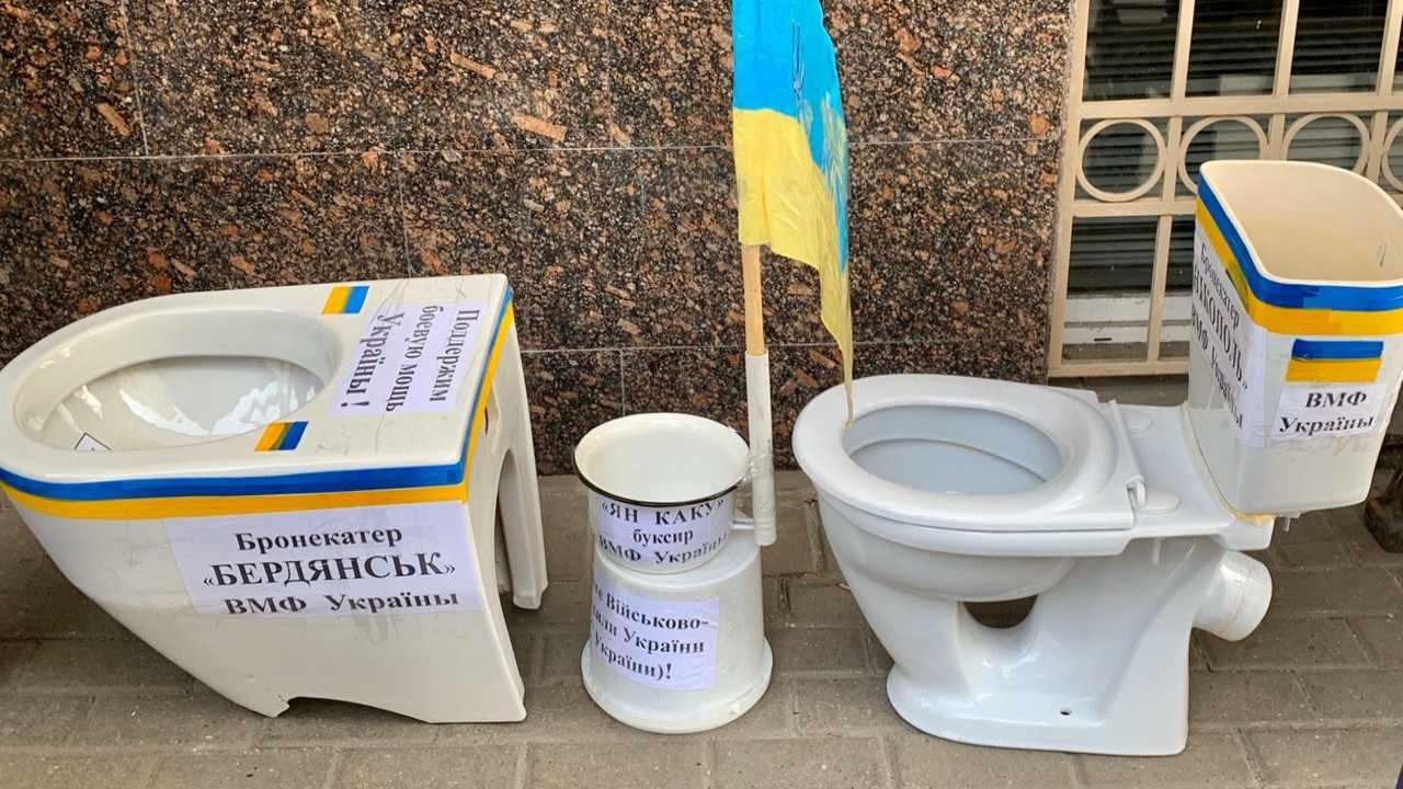 Кпосольству Украины вМоскве принесли унитазы