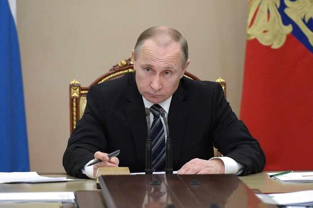 Путин отменил мизерные выплаты по уходу за ребенком