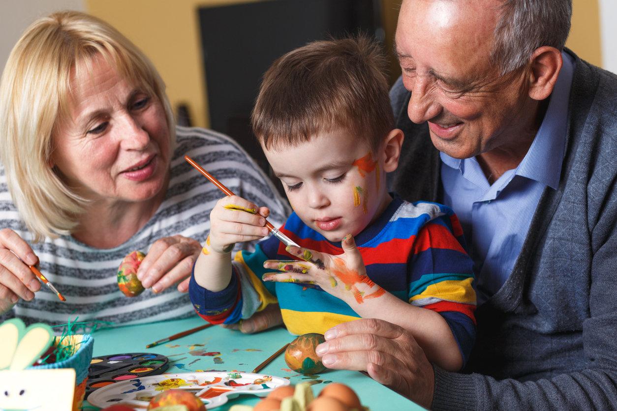 Право бабушек и дедушек воспитывать внуков хотят закрепить в РФ