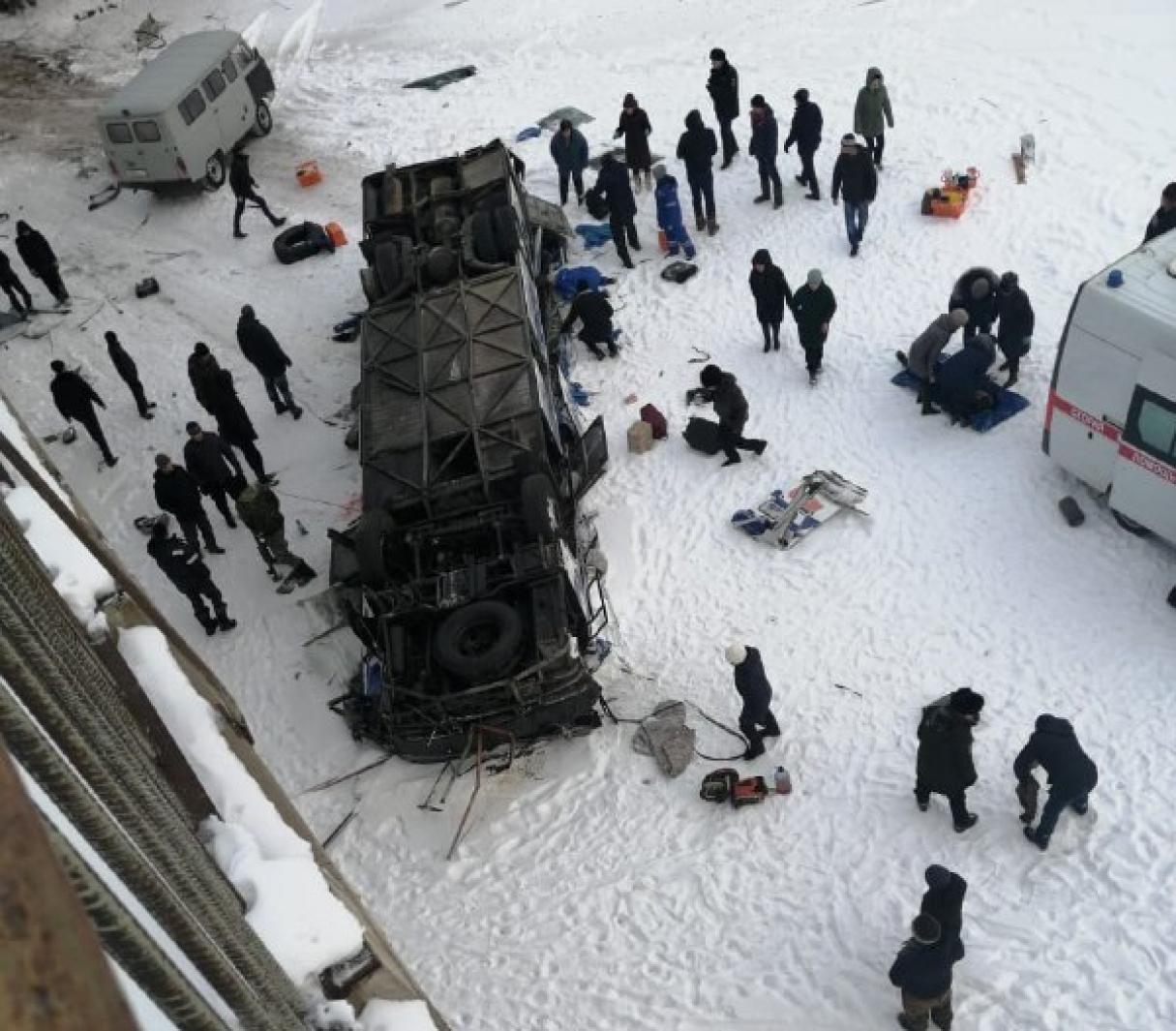 Пассажирский автобус рухнул с моста в России, погибли 15 человек (ФОТО)