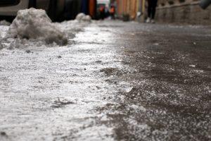 Водителей предупредили о гололедице на дорогах Ленобласти