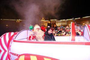 Бегите, дедушки, бегите: в Петербурге встречают новогодних волшебников