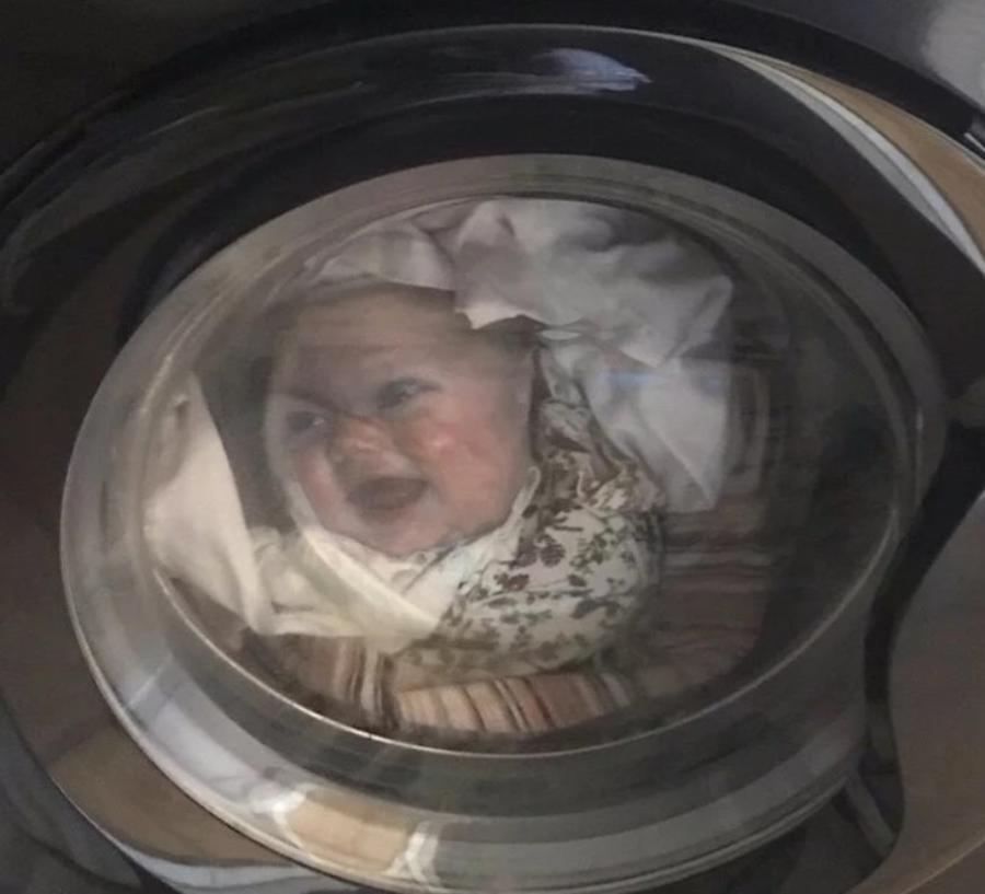 Отец постирал ребенка в стиральной машине