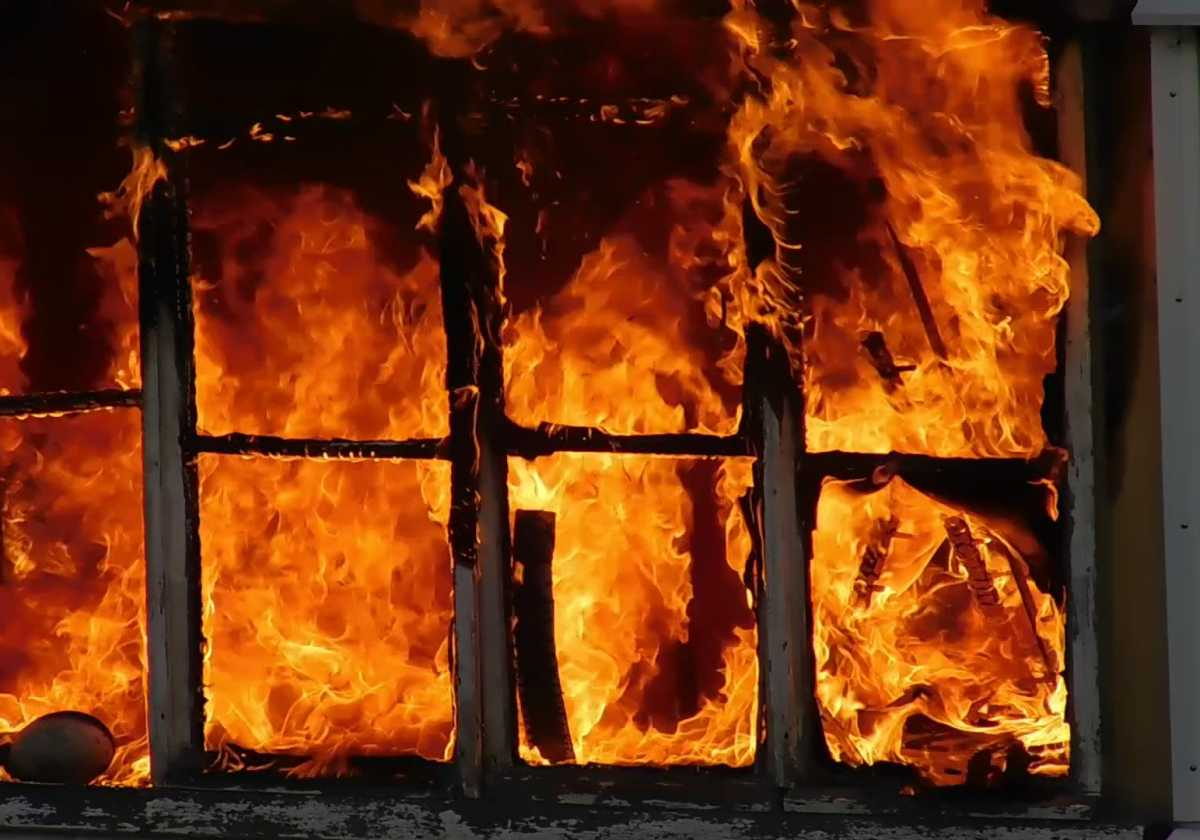 Босиком и в пижаме: как семиклассница спасла брата при пожаре