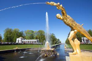 В Петергофе из-за сильного ветра закрыли парки