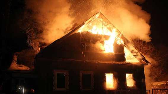 Мать троих детей бросилась в горящий дом, чтобы их спасти