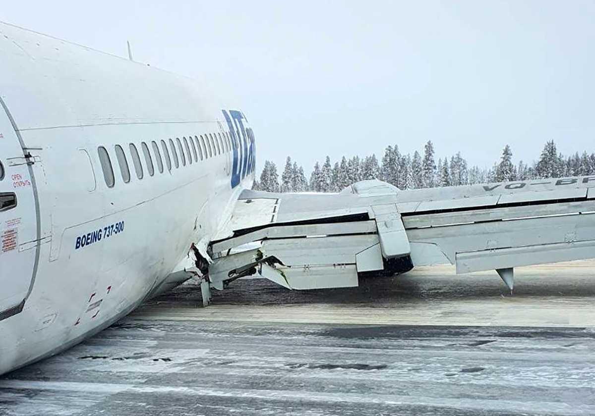 Пассажирский самолет совершил жесткую посадку в Коми