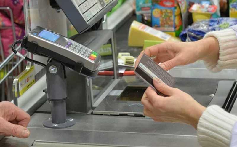 Молодая мать нашла чужую банковскую карту и побежала покупать пиво и сигареты, спрятав лицо от камер