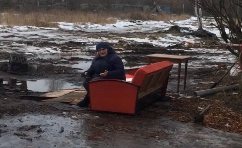 Пенсионерку из Москвы выбросили за ноги из дома и снесли его