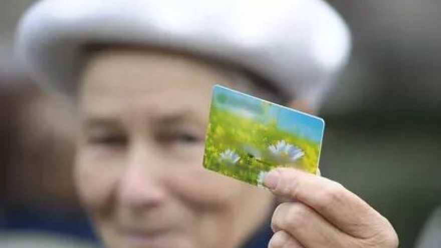 Как изменится порядок получения пенсий на банковские карты?