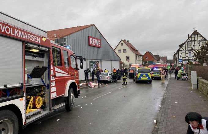 В Германии автомобиль въехал в толпу зрителей на карнавале