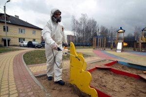 В Парголово продолжают дезинфицировать детские площадки. Чем их обрабатывают и насколько это эффективно?