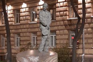 Ко Дню Победы подсветкой оформили памятник подводнику Александру Маринеско