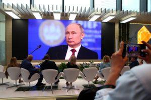 Владимир Путин назвал гражданским героизмом помощь, которую волонтёры оказывают во время пандемии