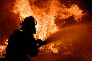 СК проводит проверку после возгорания грузовика с кислотой