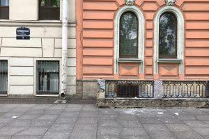 С дома на Потёмкинской улице обрушилась лепнина