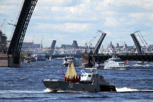 Почти как в «старые добрые»: в Петербурге прошёл парад по случаю дня ВМФ