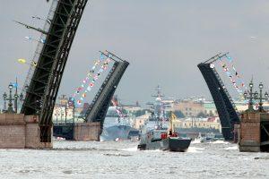 Беглов и Макаров поздравили петербуржцев с Днём ВМФ