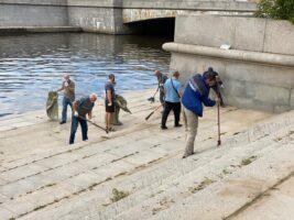 В день экологического долга в Петербурге прибрали парк у Смоленки