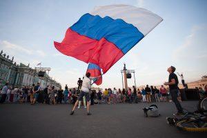 СМИ: на петербуржца завели дело за выброшенный в урну государственный флаг