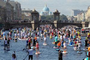 С вёслами не только девушки: по рекам центра Петербурга прошёл SUP-парад