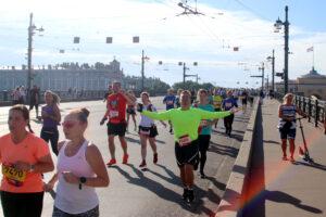 Живая река: в Петербурге состоялся полумарафон «Северная столица»