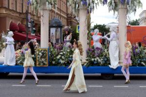 Цветочки эпохи коронавируса: по Невскому проспекту прошло карнавальное шествие