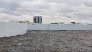 Дамбу в Петербурге закрыли из-за шторма и повышения уровня воды