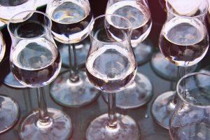В 2021 году в России вырастут минимальные цены на шампанское, водку и коньяк