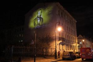 На доме-музее Достоевского появилось световое граффити