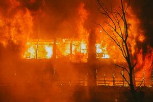Более 10 часов пожарные тушили пожар в бывшем здании ЛЭМЗ