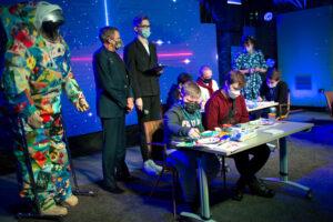 Онкобольные дети из Петербурга создали рисунки для скафандра, который отправится в космос