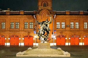 Памятник «Подвигу пожарных Ленинграда 1941–1945 годов» отныне подсвечен