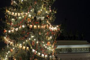 Смольный: По просьбам горожан ёлка останется на Дворцовой площади до конца января